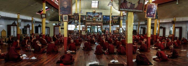 Unga munkar som studerar på Kyalyen Khat Wai Monastery, bago, bagoregion, Myanmar royaltyfria bilder