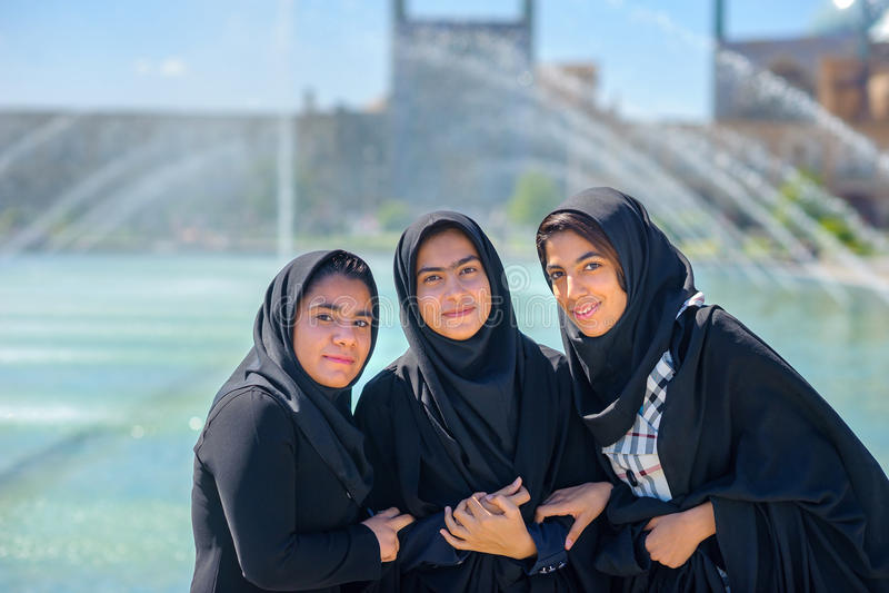 Unga muselmaner i en hijab på imamen Square i Isfahan royaltyfria bilder