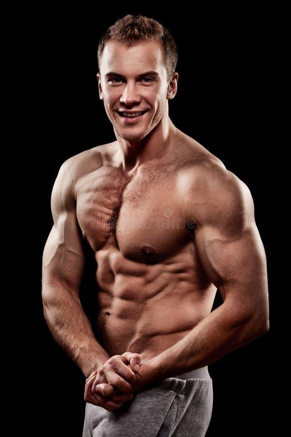 unga muskulösa sportar för stilig man royaltyfri foto