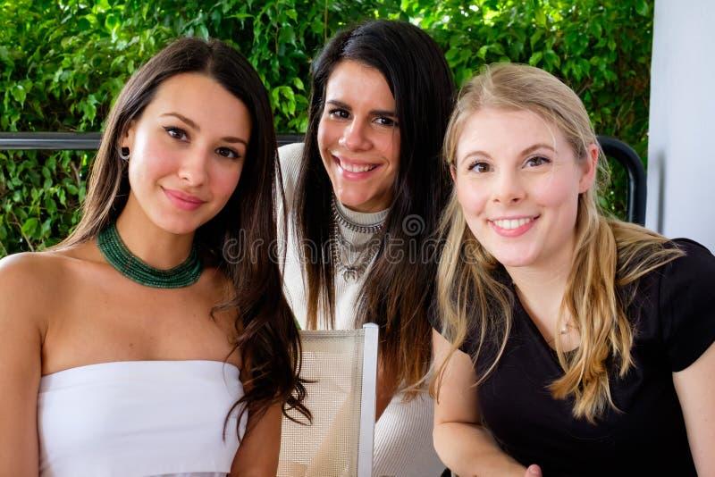 unga nätt kvinnor royaltyfri foto
