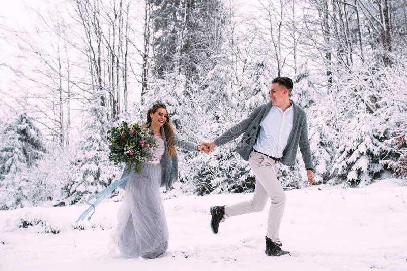 Unga nätta par av vänner Vinter datum Ett par av vänner på ett datum i bergen royaltyfri fotografi