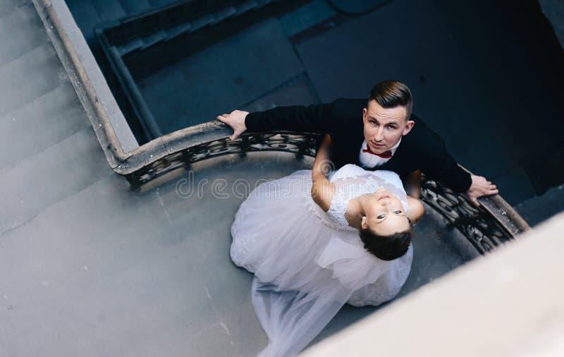 Unga nygifta personer på gammal balkong arkivbilder