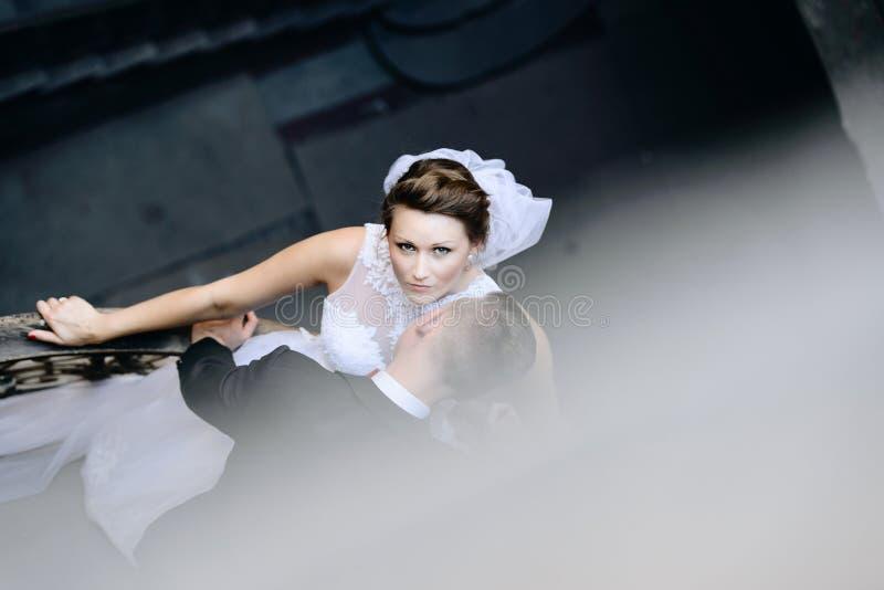 Unga nygifta personer på gammal balkong royaltyfria bilder