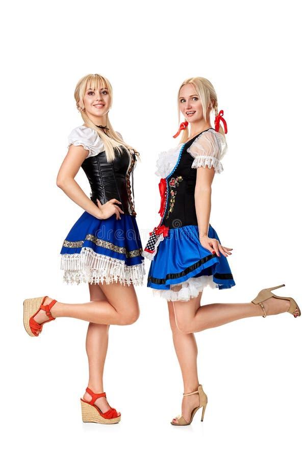 Unga och härliga bavarianflickor på vit bakgrund arkivfoton