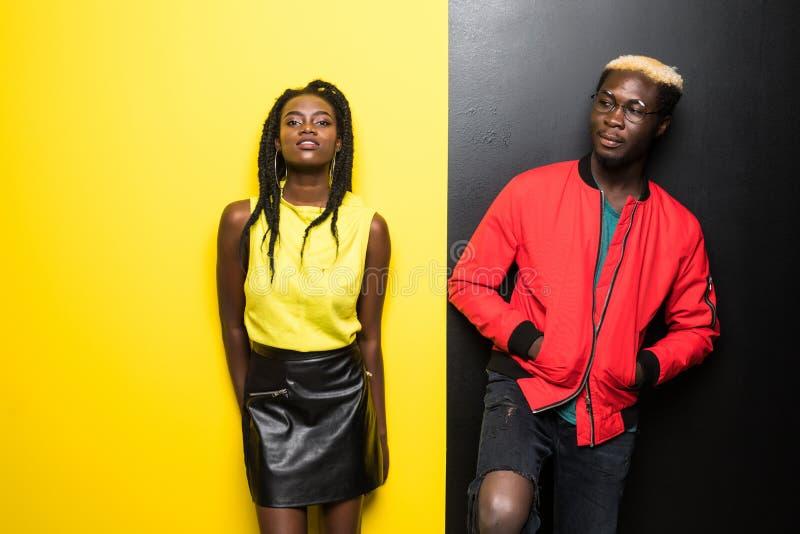 Unga och lyckliga afro amerikanska par som isoleras på färgbakgrund Har den afro amerikanen för mannen och för kvinnan gyckel som royaltyfria foton