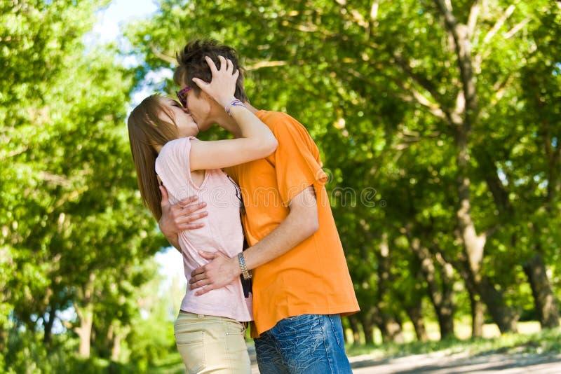 Unga och lyckliga par fotografering för bildbyråer