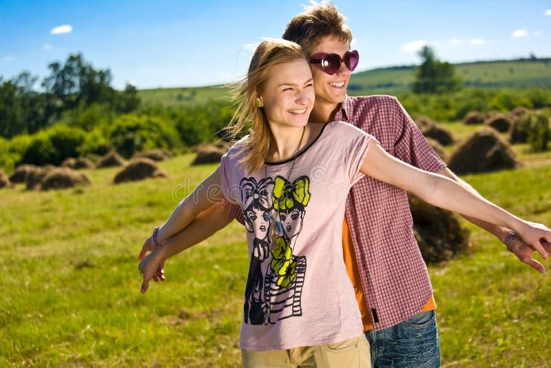 Unga och lyckliga par arkivfoton