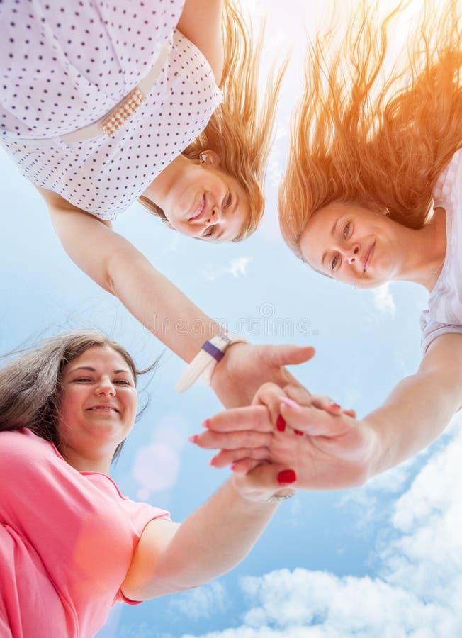 Unga och lyckliga vänoudoors royaltyfria foton