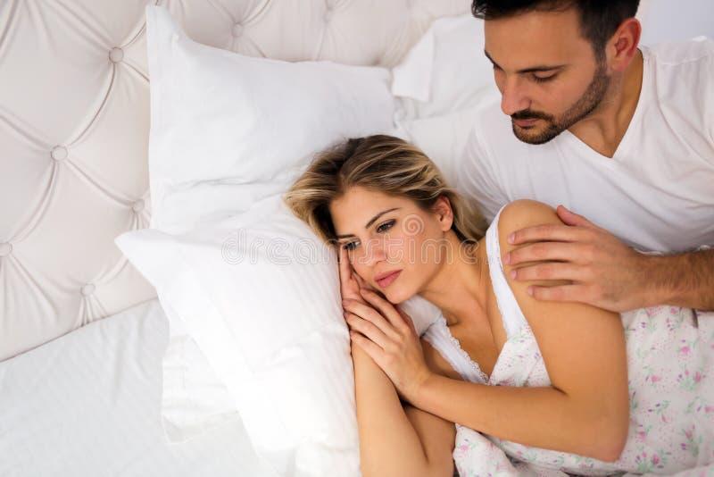 Unga olyckliga par som har problem i förhållande royaltyfria foton