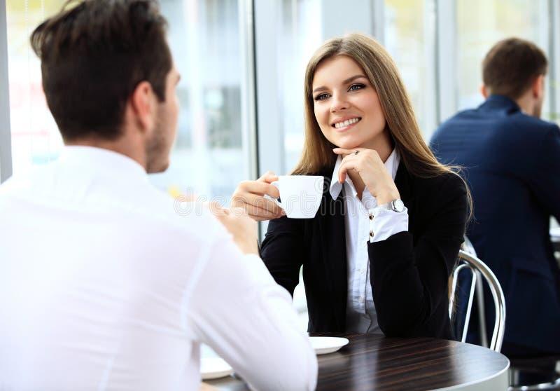 Unga par av professionell som pratar under en coffeebreak royaltyfri foto