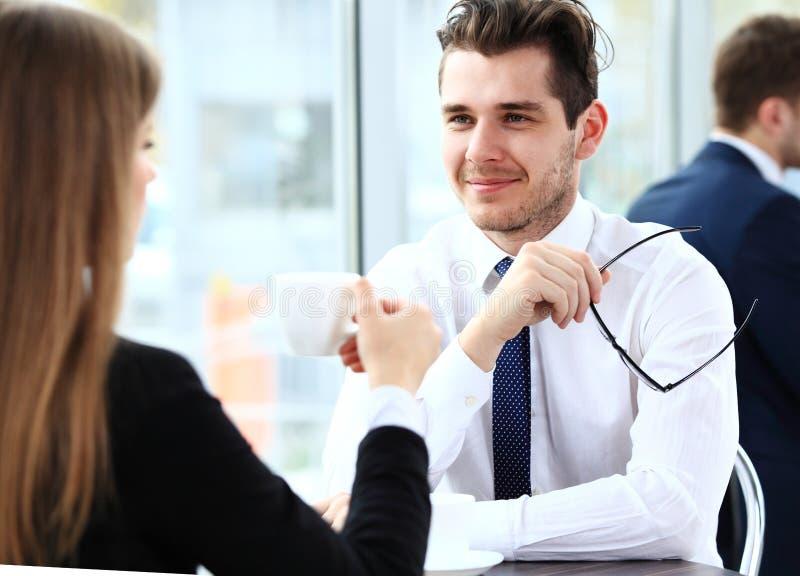 Unga par av professionell som pratar under en coffeebreak royaltyfria bilder