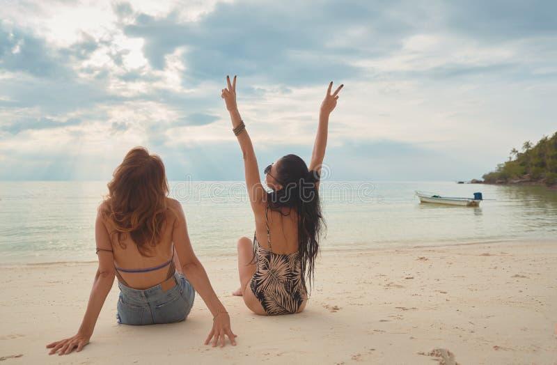 Unga par för vänner av flickor P? stranden begrepp av LGBT fotografering för bildbyråer