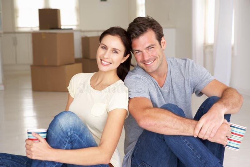 Unga par flyttade sig bara in till den nya utgångspunkten fotografering för bildbyråer