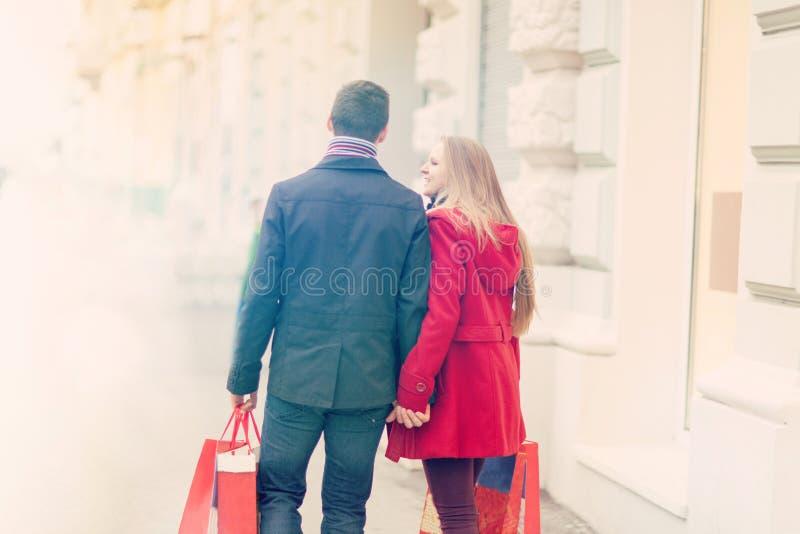 Unga par går i staden som firar den sh valentindagen som rymmer royaltyfria bilder