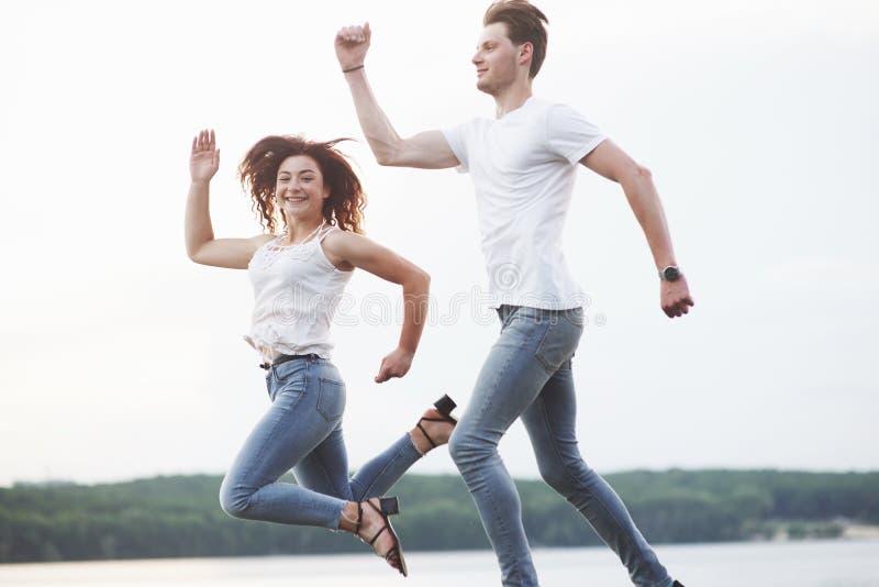 Unga par har gyckel i sommaren fotografering för bildbyråer