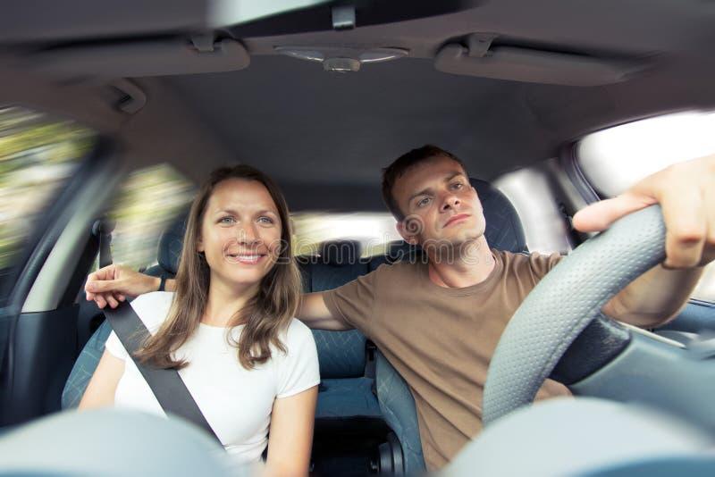 Unga par i en bil royaltyfria foton
