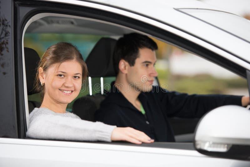 Unga par i en bil royaltyfri foto