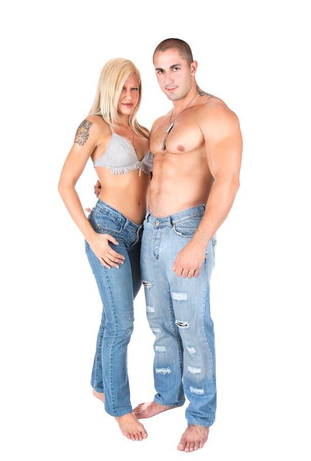 Unga par i jeans som plattforer och poserar royaltyfria foton