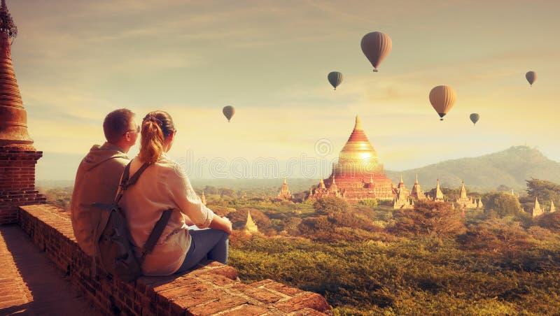 Unga par i resor för sommarsemester runt om Asien arkivfoto