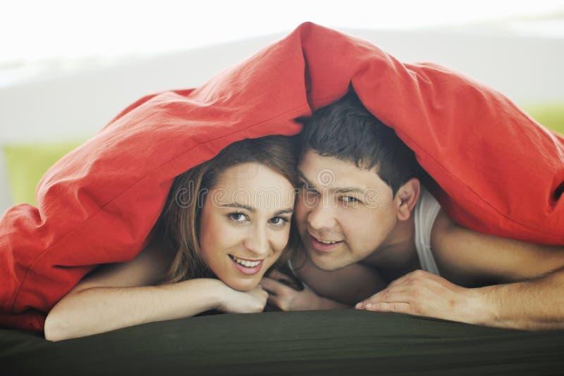 Unga par i underlag royaltyfri bild