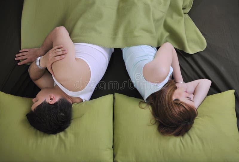 Unga par i underlag arkivfoto