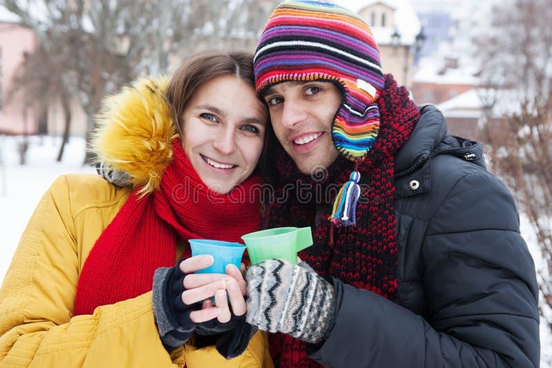 Unga par i vinter fotografering för bildbyråer
