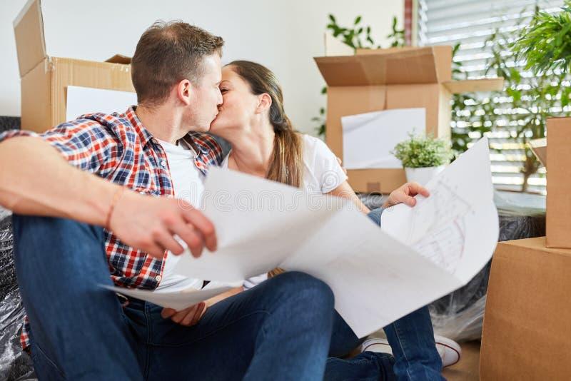 Unga par med att kyssa för ritning som är förälskat arkivfoton