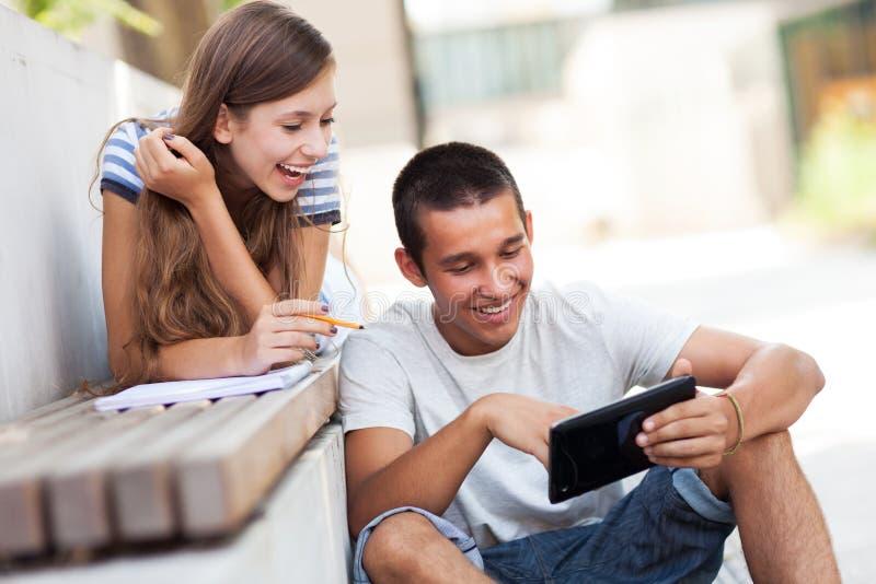 Unga par med den digitala tableten royaltyfri foto