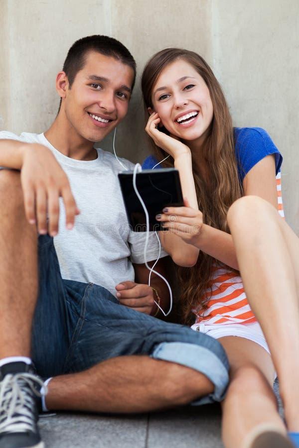 Unga Par Med Den Digitala Tableten Arkivbild