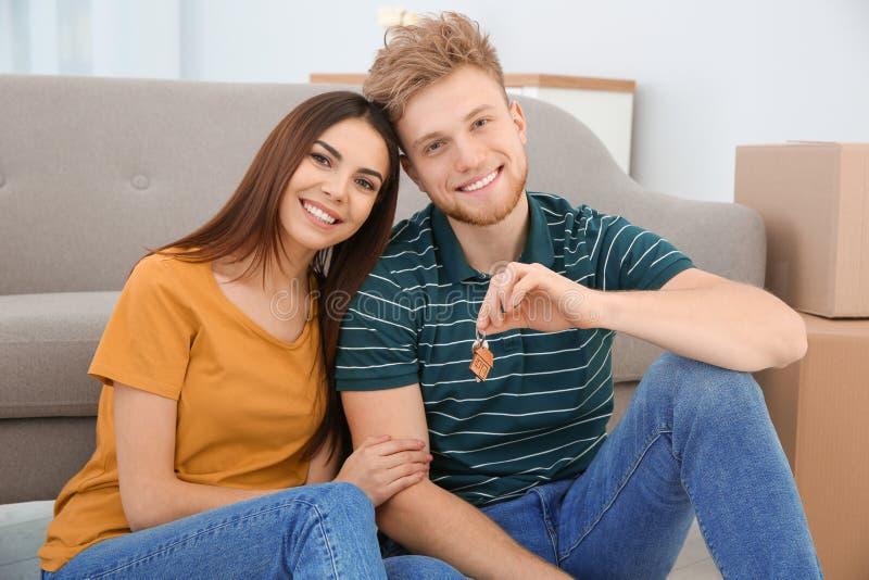 Unga par med tangent från deras nya hus flytta sig för dag royaltyfri fotografi
