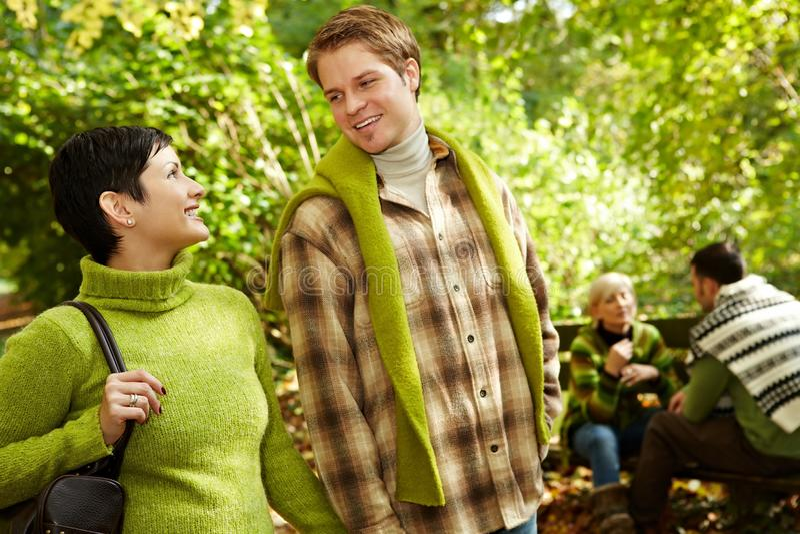 Unga par på att fotvandra royaltyfria bilder