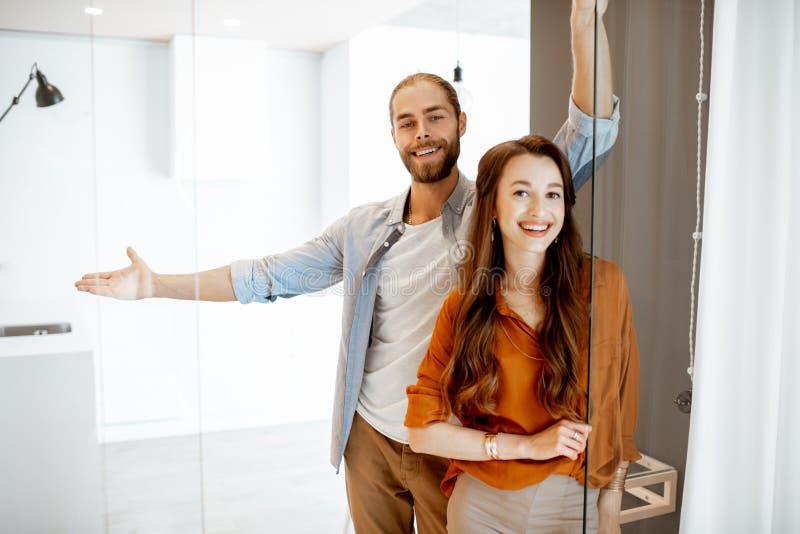 Unga par på den nya lägenheten royaltyfri bild