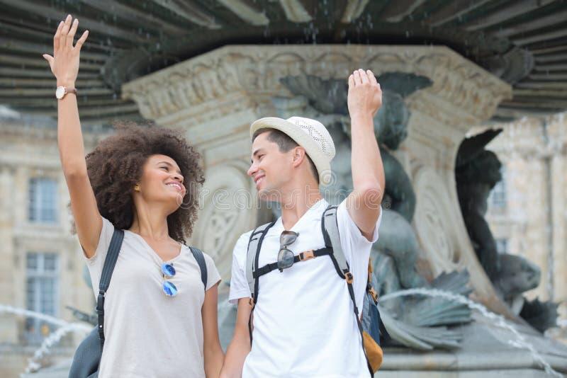 Unga par på ferier arkivfoto