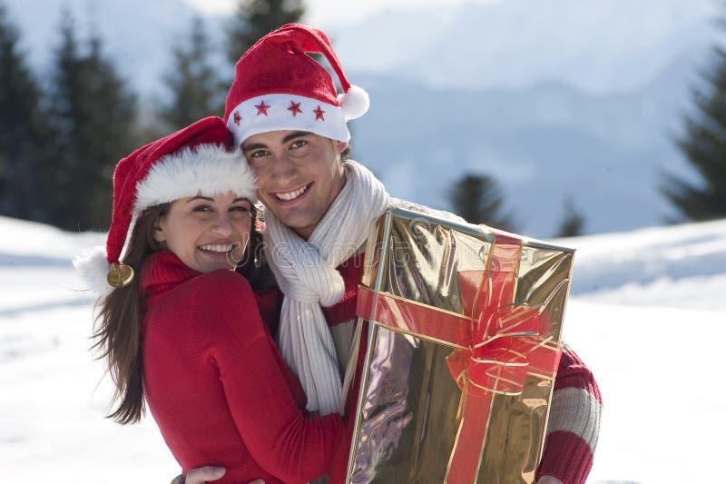 Download Unga par på snowen arkivfoto. Bild av horisontal, soligt - 27283456