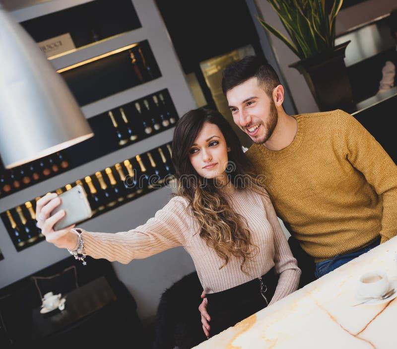 Unga par på stången som tar en selfie royaltyfria foton