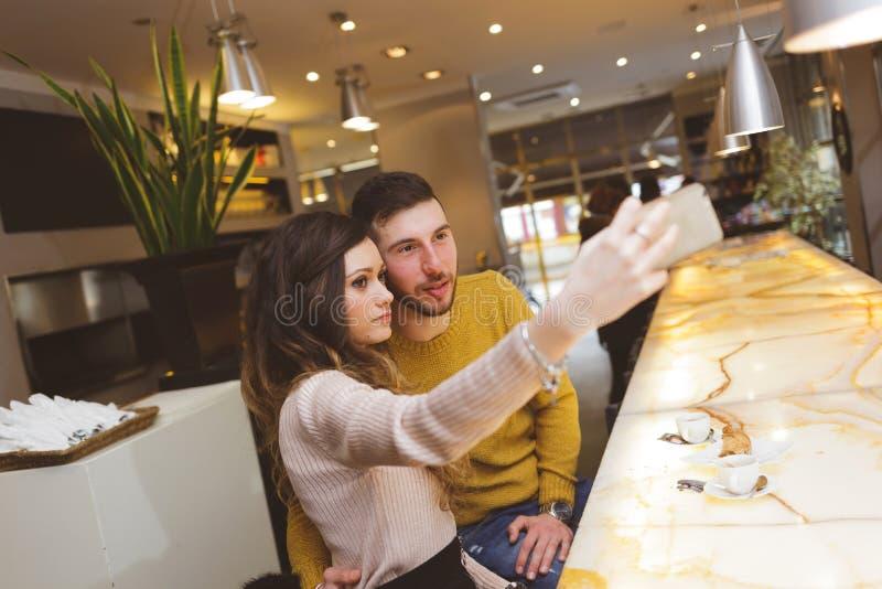 Unga par på stången som tar en selfie arkivfoto