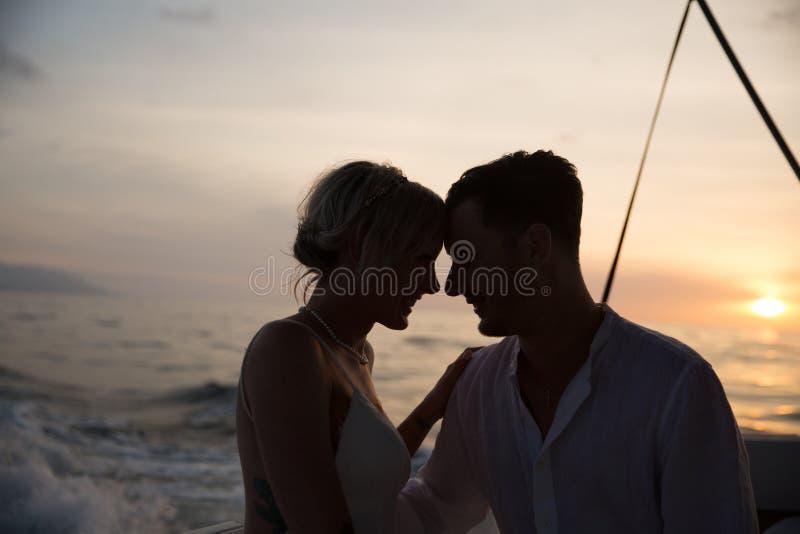 Unga par rymma för att gifta sig på fartyget royaltyfri fotografi