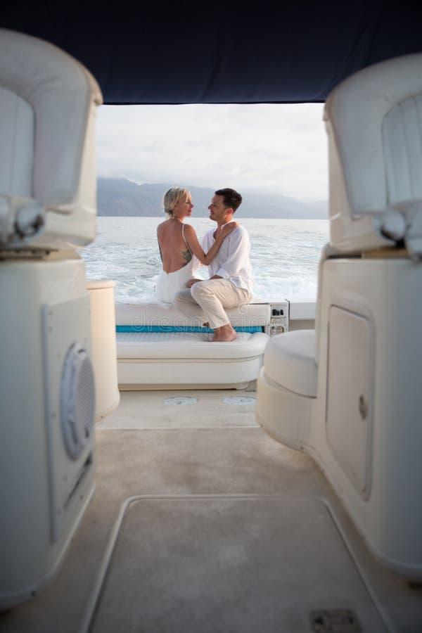 Unga par rymma för att gifta sig på fartyget arkivfoton