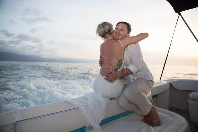Unga par rymma för att gifta sig på fartyget arkivfoto