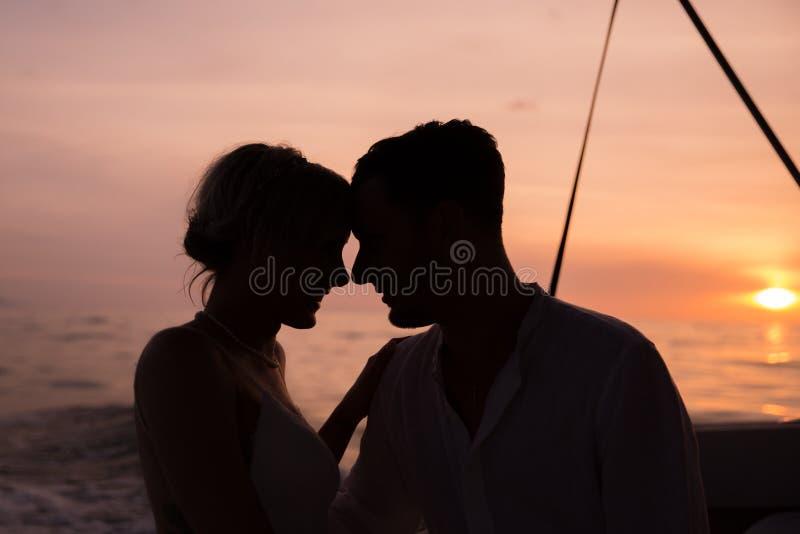 Unga par rymma för att gifta sig på fartyget royaltyfri foto