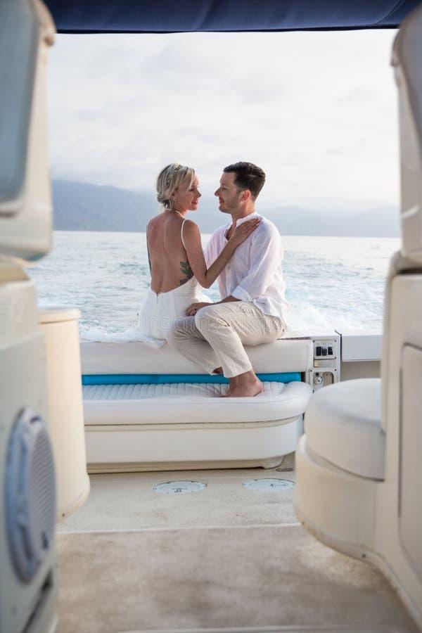 Unga par rymma för att gifta sig på fartyget royaltyfri bild