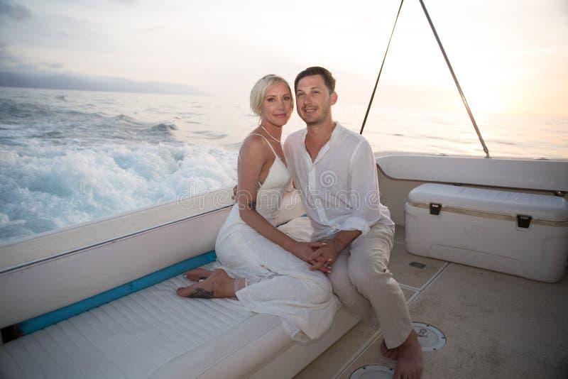 Unga par rymma för att gifta sig på fartyget arkivbild
