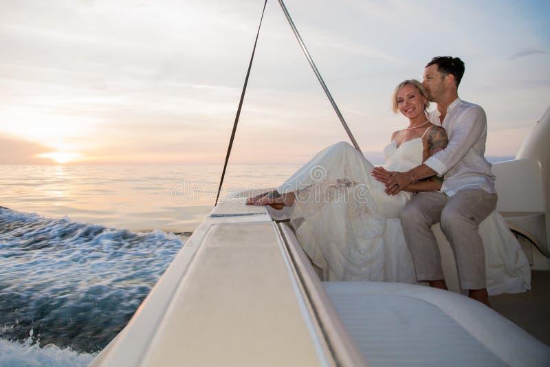 Unga par rymma för att gifta sig på fartyget royaltyfria foton