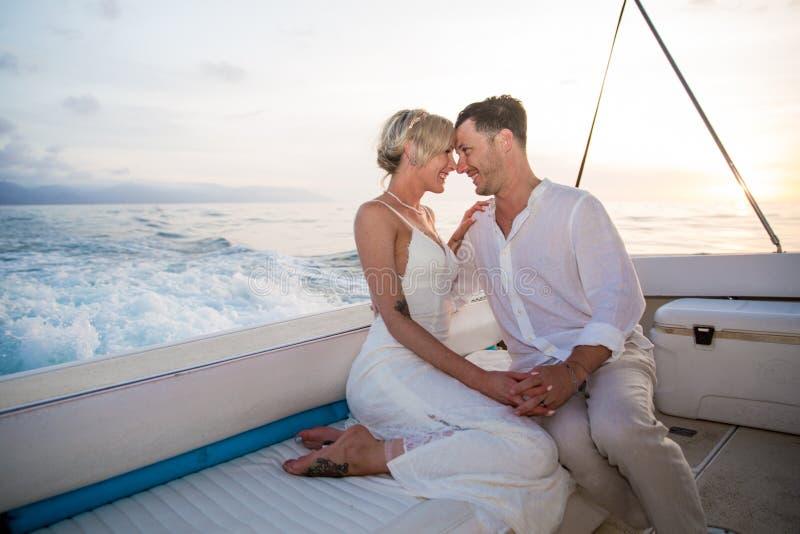 Unga par rymma för att gifta sig på fartyget fotografering för bildbyråer