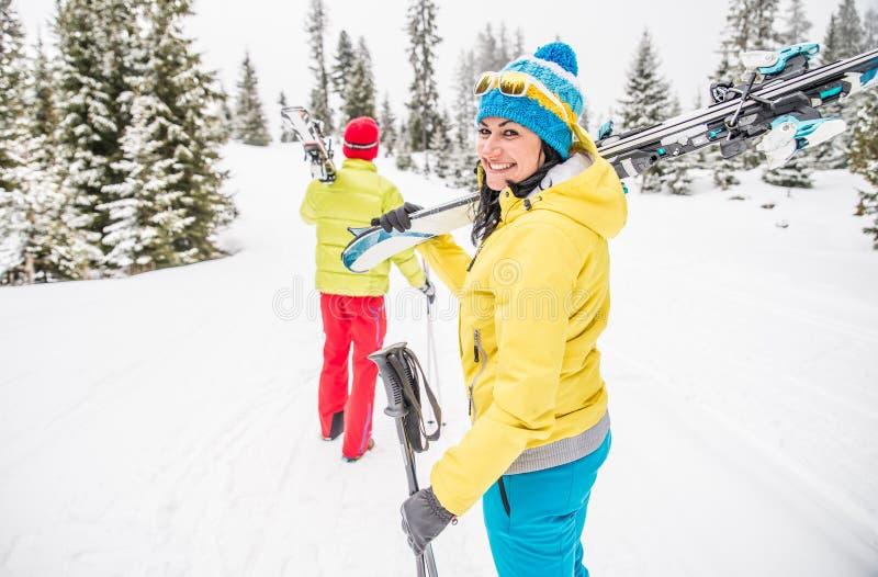 Unga par skidar på semester royaltyfria foton