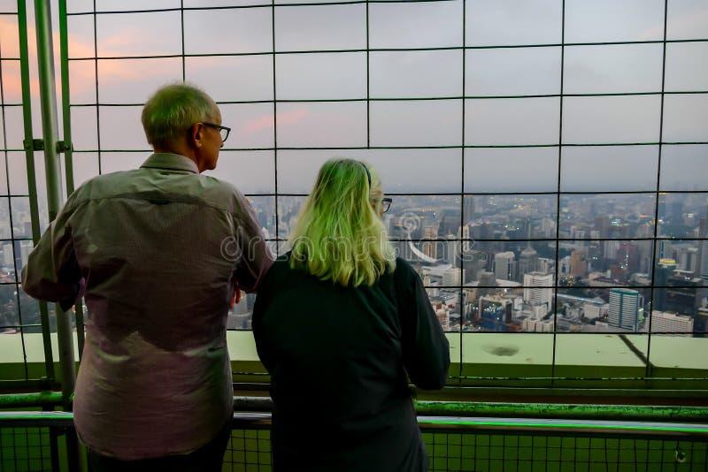 unga par som är främsta av modern byggnad, digital fotobild som en bakgrund arkivfoton