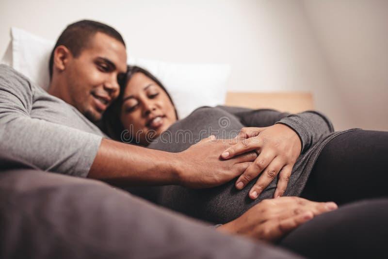 Unga par som förväntar en behandla som ett barn arkivbilder