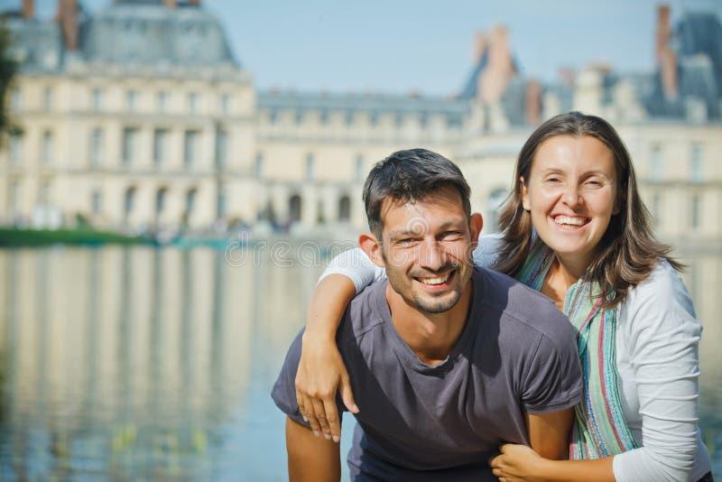 Unga par som går i Fontainebleau royaltyfri fotografi