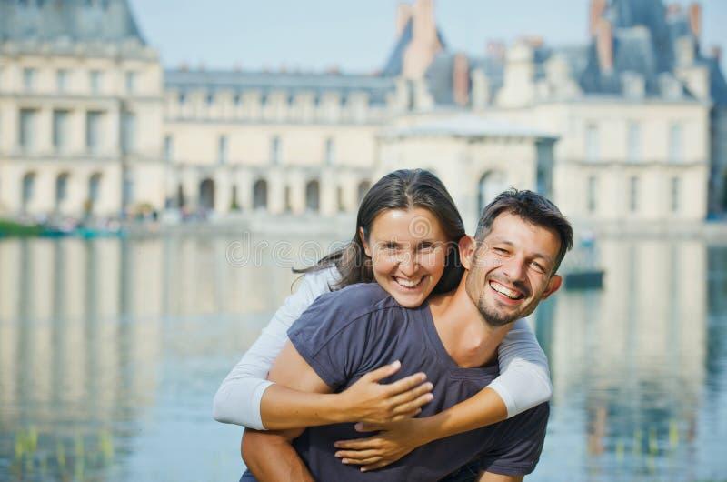 Unga par som går i Fontainebleau royaltyfri bild