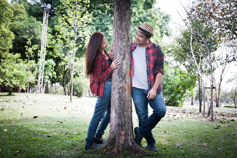 Unga par som går i, parkerar, romantiska känslor royaltyfri bild